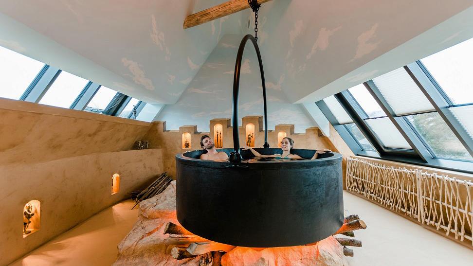 "Whirlpool in der ""Africa Logde"" des Hotels in Thun (Foto:  Deltapark AG, Friederike Hegner)"