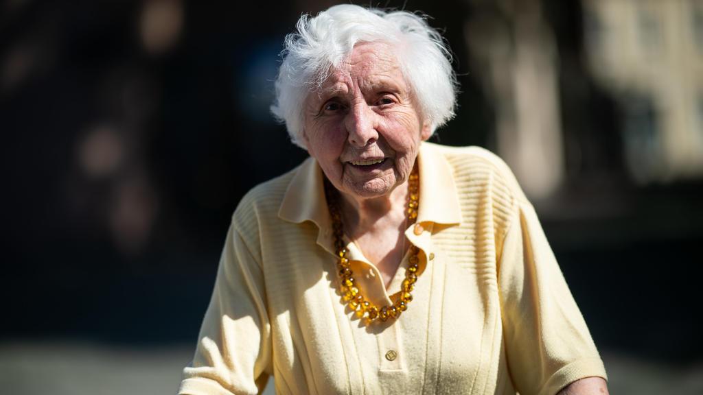 Marietheres Wübken steht auf eine Straße vor ihrem Wohnhaus. Mit täglichen Rollator-Runden durch das münsterländische Nottuln sammelt die 97-Jährige Spenden für Schulkinder aus armen Ländern.
