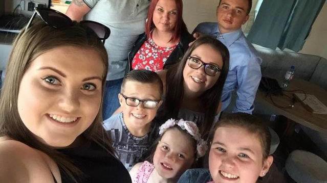 Tanya Smith (l.) aus Großbritannien stirbt nach AstraZeneca-Impfung.