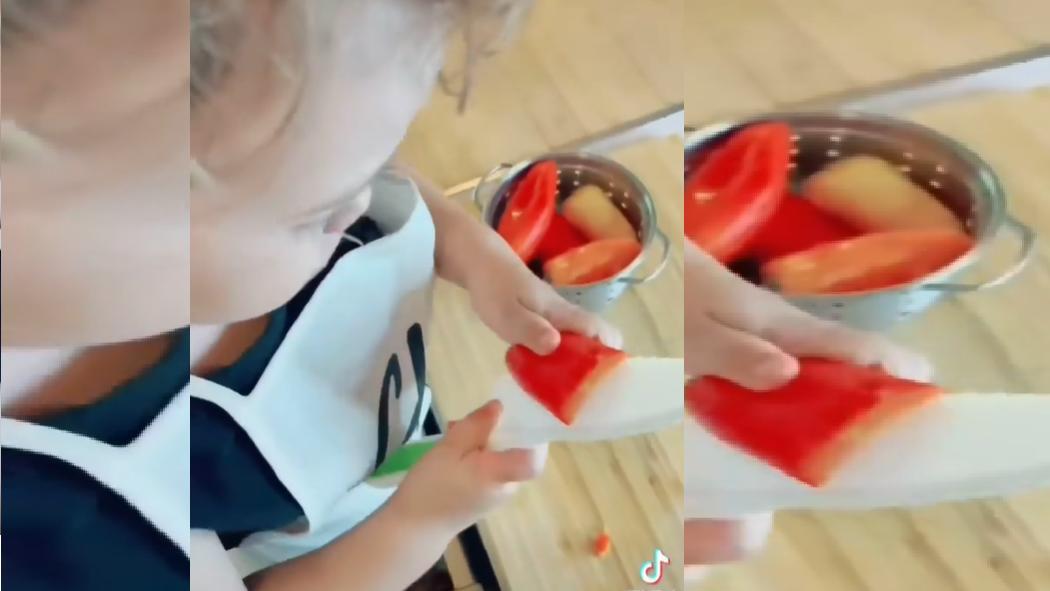Der dreijährige Carter hantiert mit einem großem Messer.