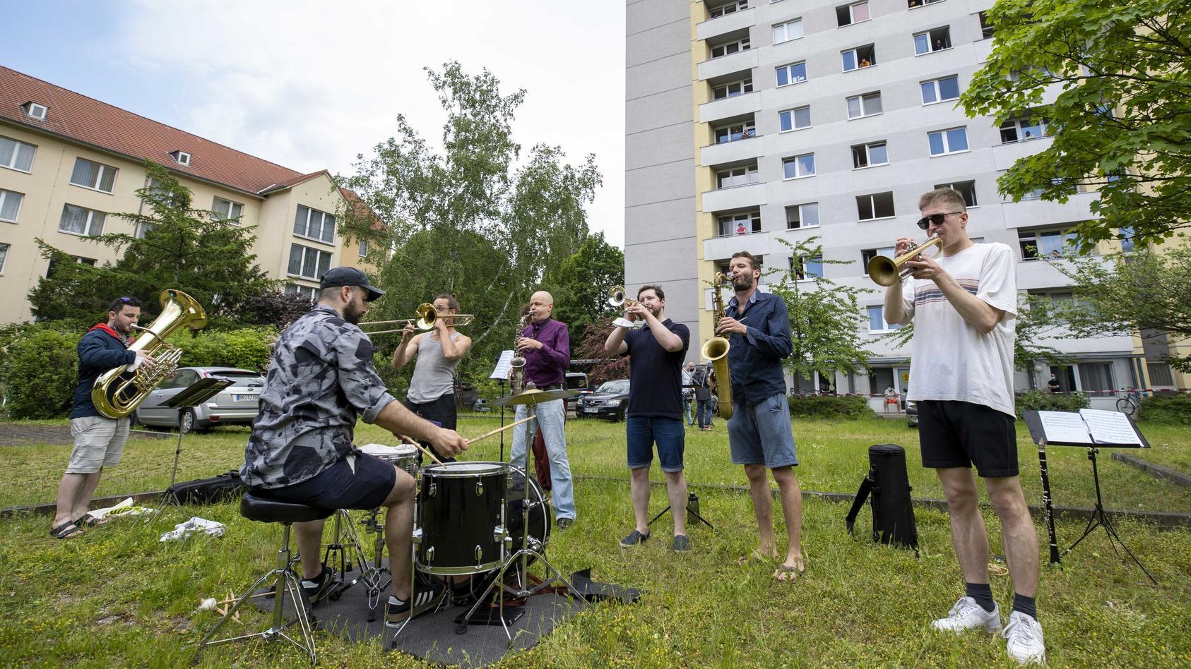 """Die Band """"Banda Comunale"""" gibt ein spontanes Konzert für die Studenten in Quarantäne."""