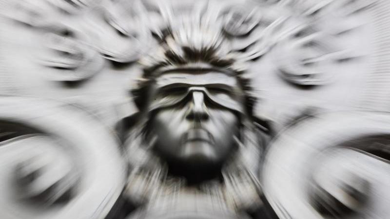 Eine Figur der blinden Justitia an der Fassade eines Gerichts. Foto: Christoph Soeder/dpa/Symbolbild