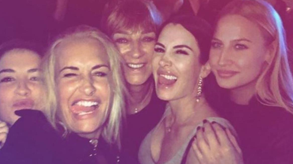 Power-Frauen auf einem Foto. Sarah Connor gemeinsam mit ihrer Mama Soraya und ihren Schwestern Valentina und Lulu Lewe, sowie Anna-Maria Ferchichi.