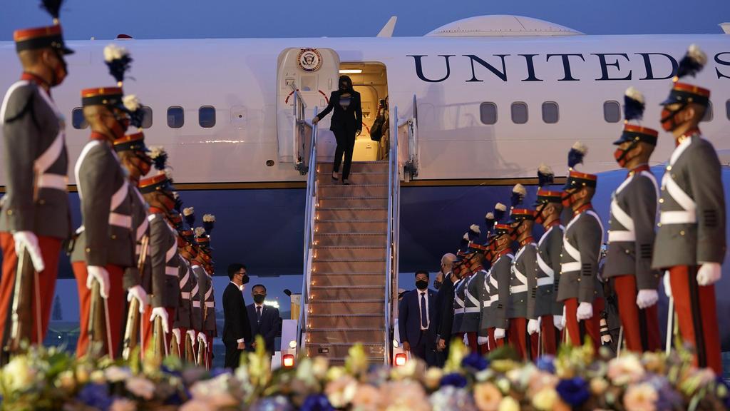 07.06.2021, Guatemala, Guatemala-Stadt: Kamala Harris, Vizepräsidentin der USA,  wird begrüßt, als sie die Air Force Two bei ihrer Ankunft verlässt. Es ist die erste Auslandsreise von Harris als Vizepräsidentin. Foto: Jacquelyn Martin/AP/dpa +++ dpa-