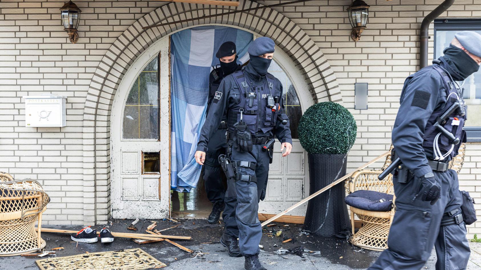 Polizisten durchsuchten die Leverkusener Villa im Stadtteil Rheindorf, die mehr als eine Million Euro wert sein soll