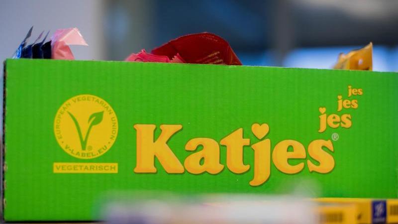 Produkte der Katjes International stehen auf einem Tisch in der Zentrale. Foto: Rolf Vennenbernd/dpa/Archivbild