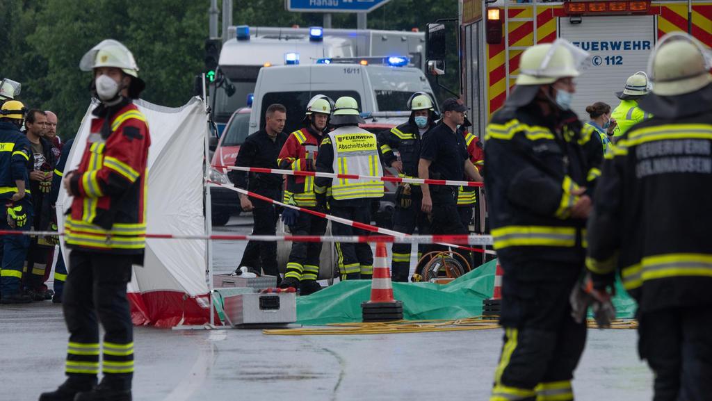 05.06.2021, Hessen, Gelnhausen: Einsatzkräfte von Polizei und Feuerwehr stehen in der Nähe des Flugplatzes an der Absturzstelle eine Leichtflugzeuges. Bei dem Absturz waren zwei Menschen ums Leben gekommen. Foto: Boris Roessler/dpa +++ dpa-Bildfunk +
