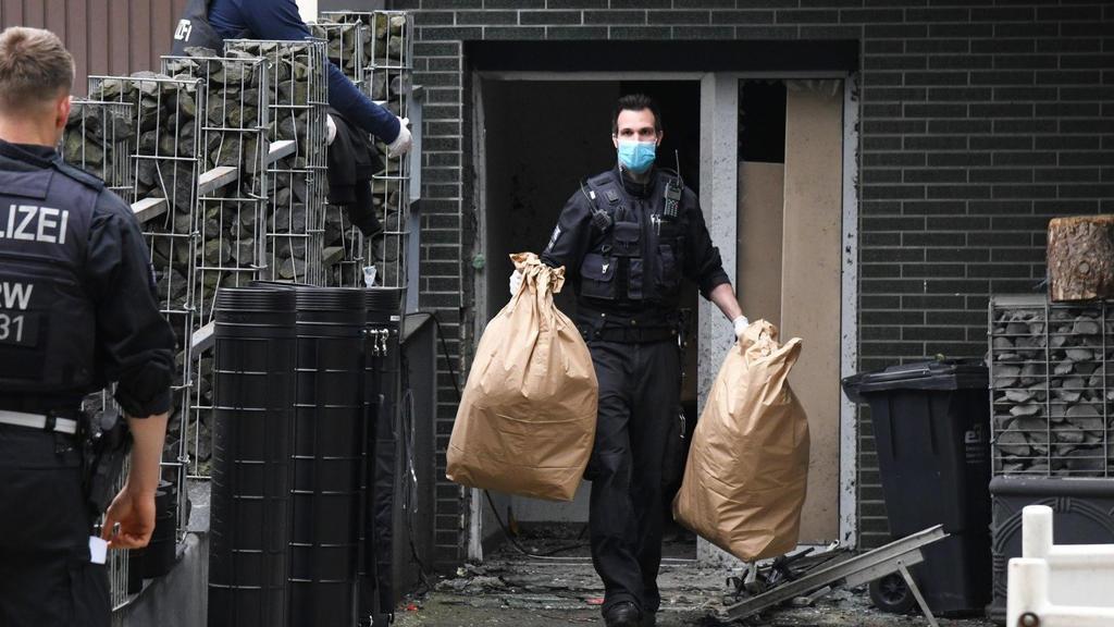 07.06.2021, Nordrhein-Westfalen, Essen: Einsatzkräfte stehen bei einem großangelegten Einsatz gegen die Rauschgiftkriminalität vor einem Bürogebäude in Essen. Internationale Ermittler haben nach Angaben von Europol bei einem Einsatz gegen das Organis
