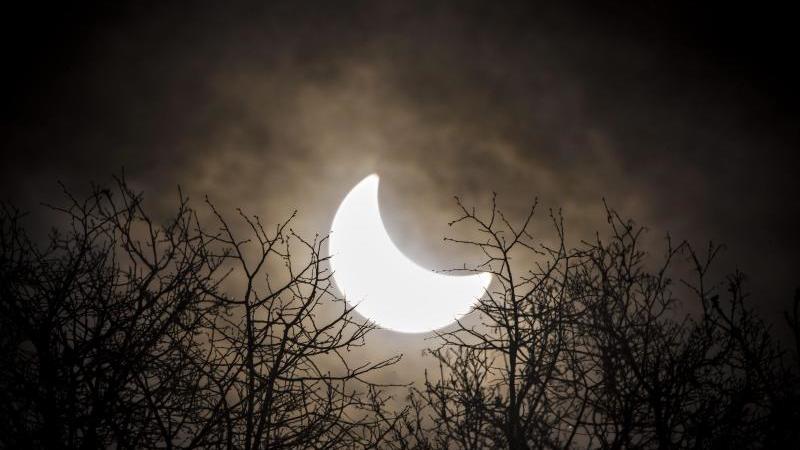 Der Mond hat sich vor die Sonne geschoben. Symboldbild