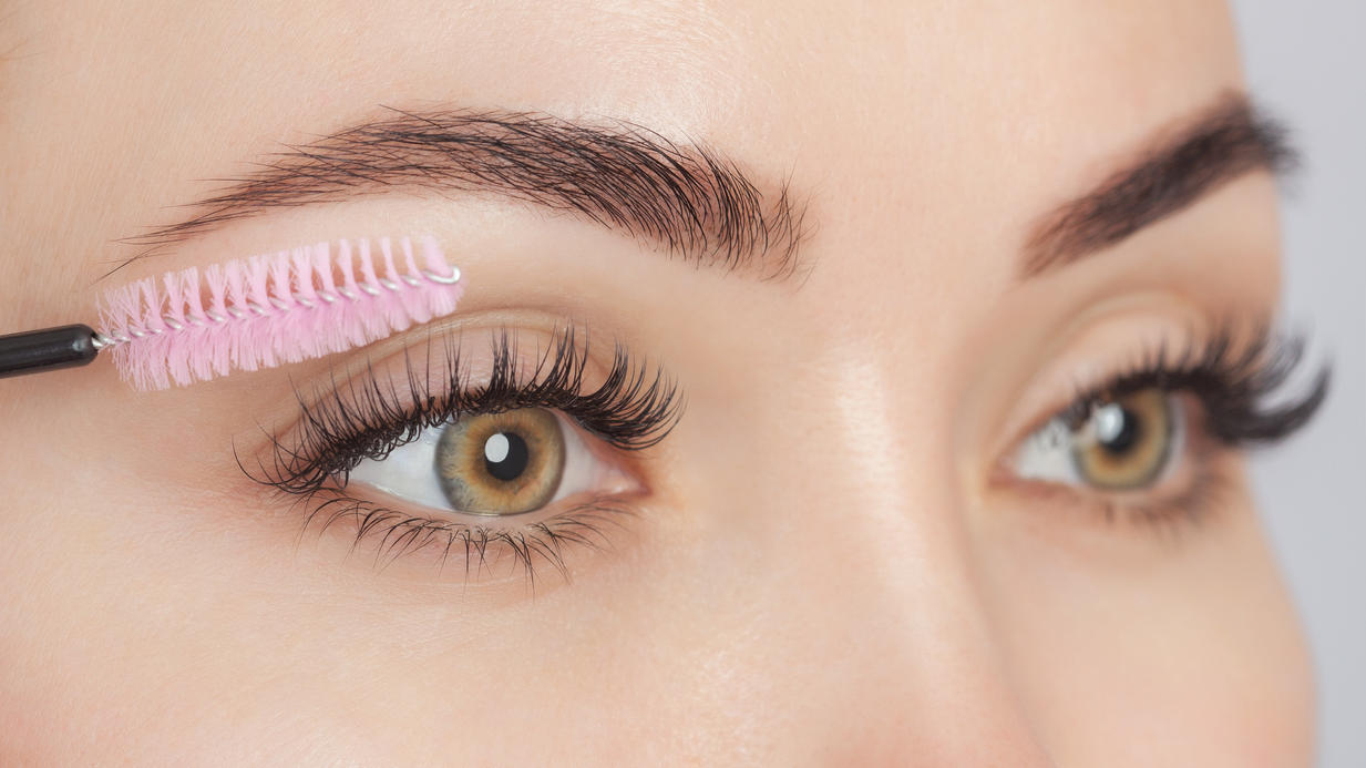 Ein Wimpernserum sorgt für längere und voluminösere Wimpern. Zumindest behaupten das die Hersteller.