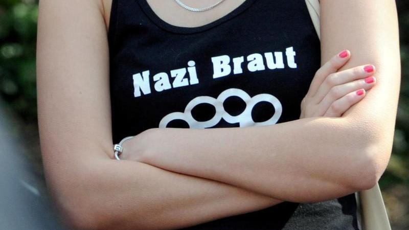 """Eine Frau trägt ein T-Shirt mit der Aufschrift """"Nazi Braut"""". Foto: Carsten Rehder/dpa/Archivbild"""