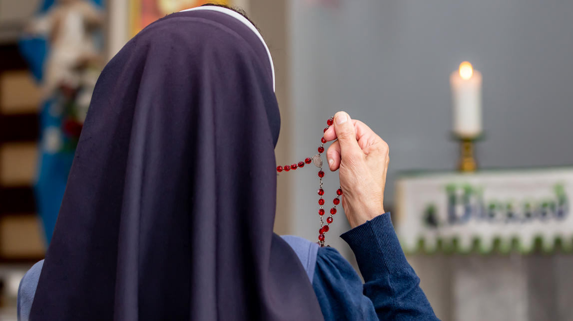 Nonne beim Beten - Themenbild