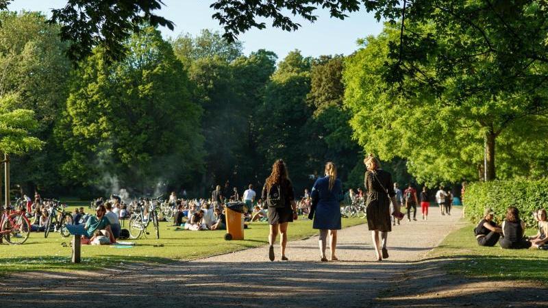 Menschen genießen das schöne Wetter im Schrevenpark. Foto: Axel Heimken/dpa/Archivbild