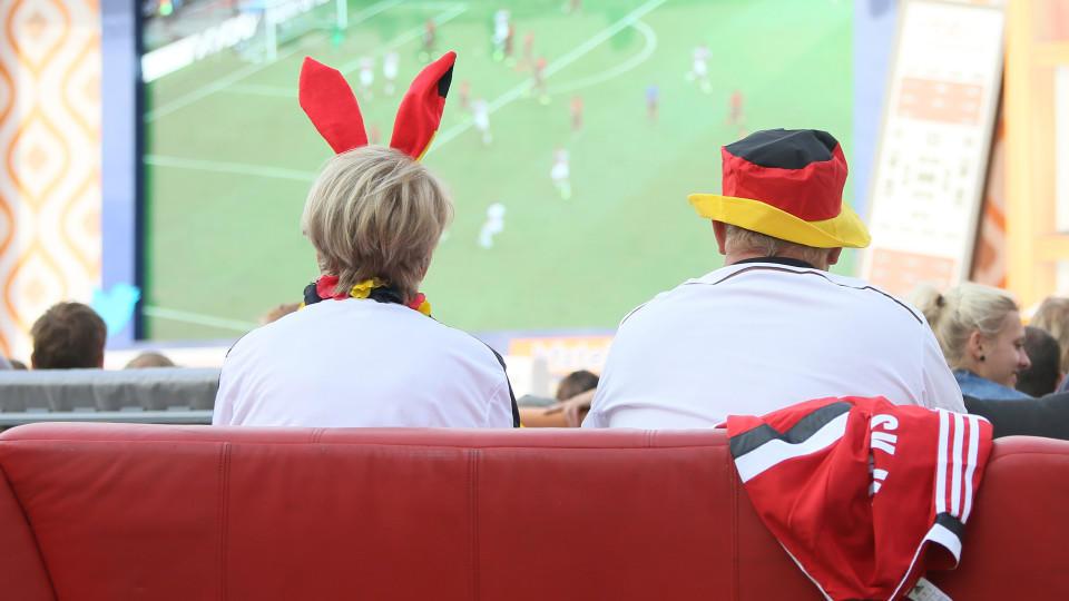 """Fußballfans sitzen am 16.06.2014 im Stadion """"Alte Försterei"""" des FC Union in Berlin beim WM-Spiel Deutschland gegen Portugal auf ihren mitgebrachten Sofas. Mehrere hundert Sofas waren zuvor von Fans in Stadion gebracht worden, um ein Public Viewing m"""