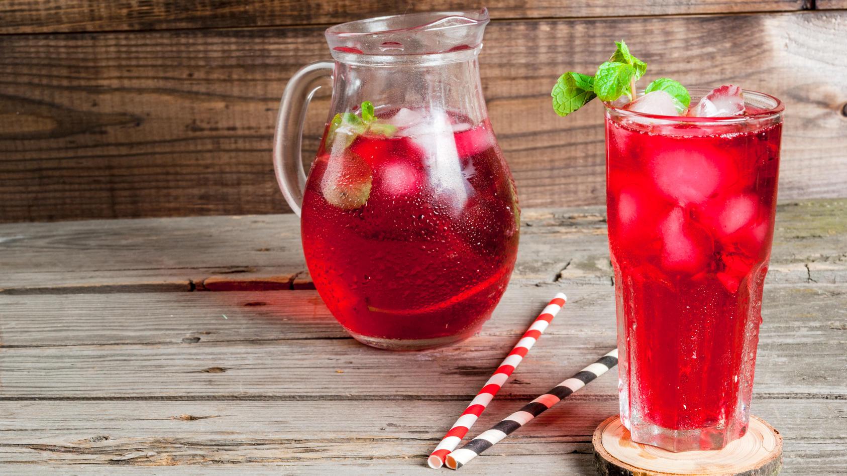 Diese Sommerlimonade setzt sich ganz bestimmt nicht an den Hüften fest - denn zuckerfreie Rezepte ermöglichen kühle Erfrischungen mit wenig Kalorien.