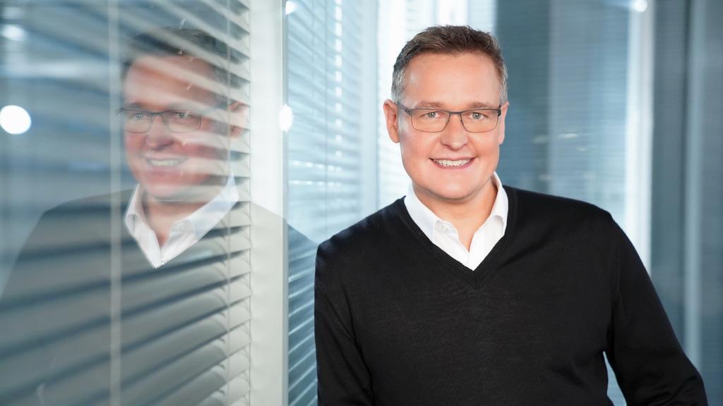 Das Bild zeigt den RTL-Meteorologen Bernd Fuchs