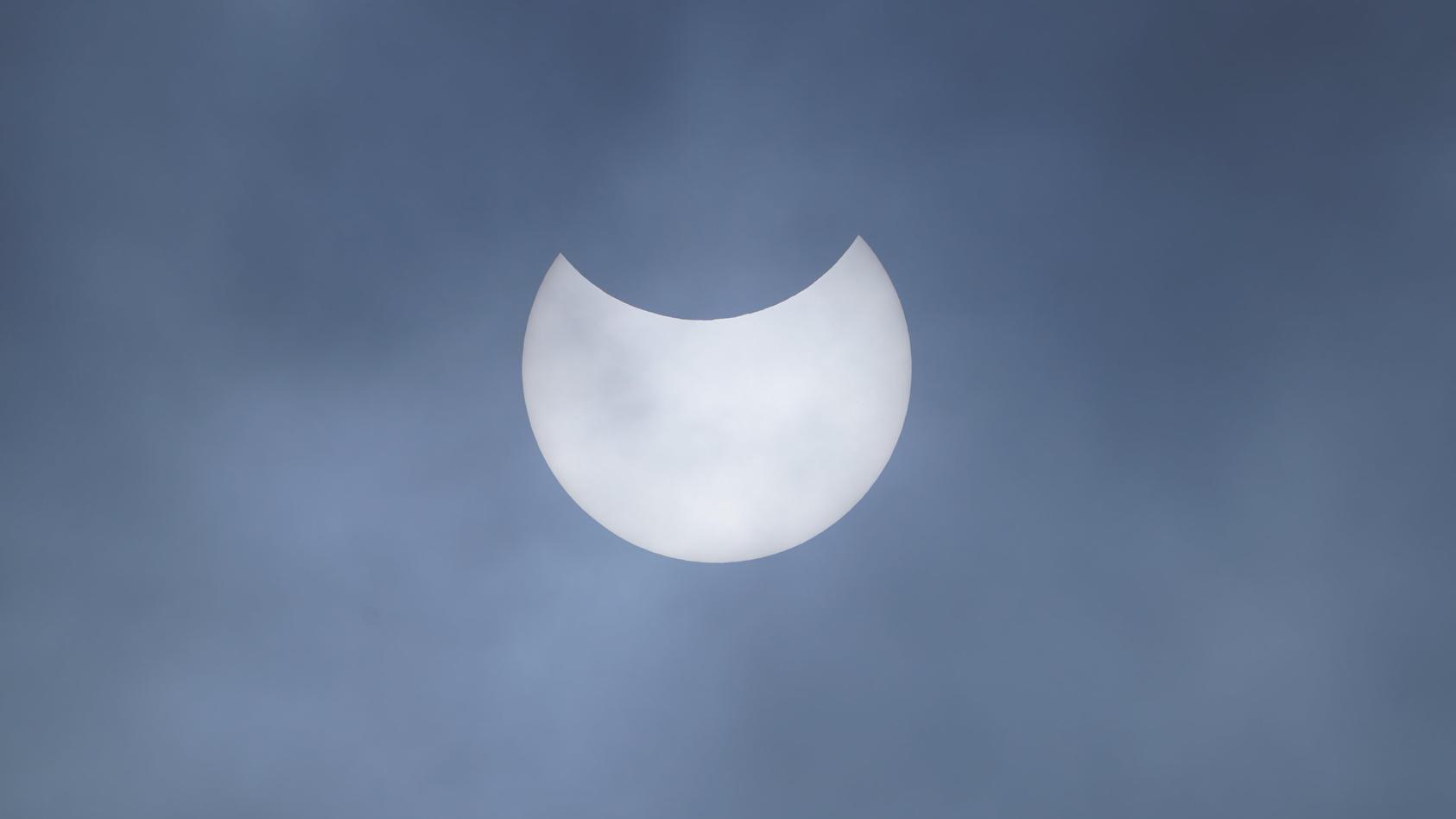 Eine partielle Sonnenfinsternis über Liverpool.