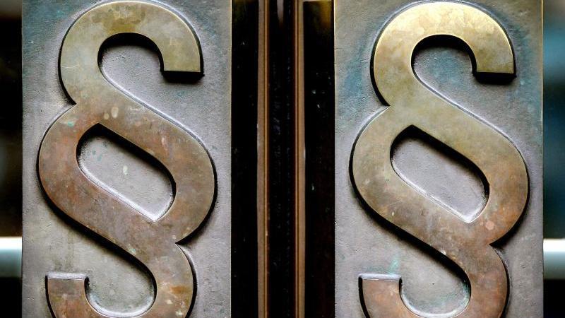 Paragrafen-Symbole sind an Türgriffen am Eingang zum Landgericht Bonn angebracht. Foto: Oliver Berg/dpa/Archiv
