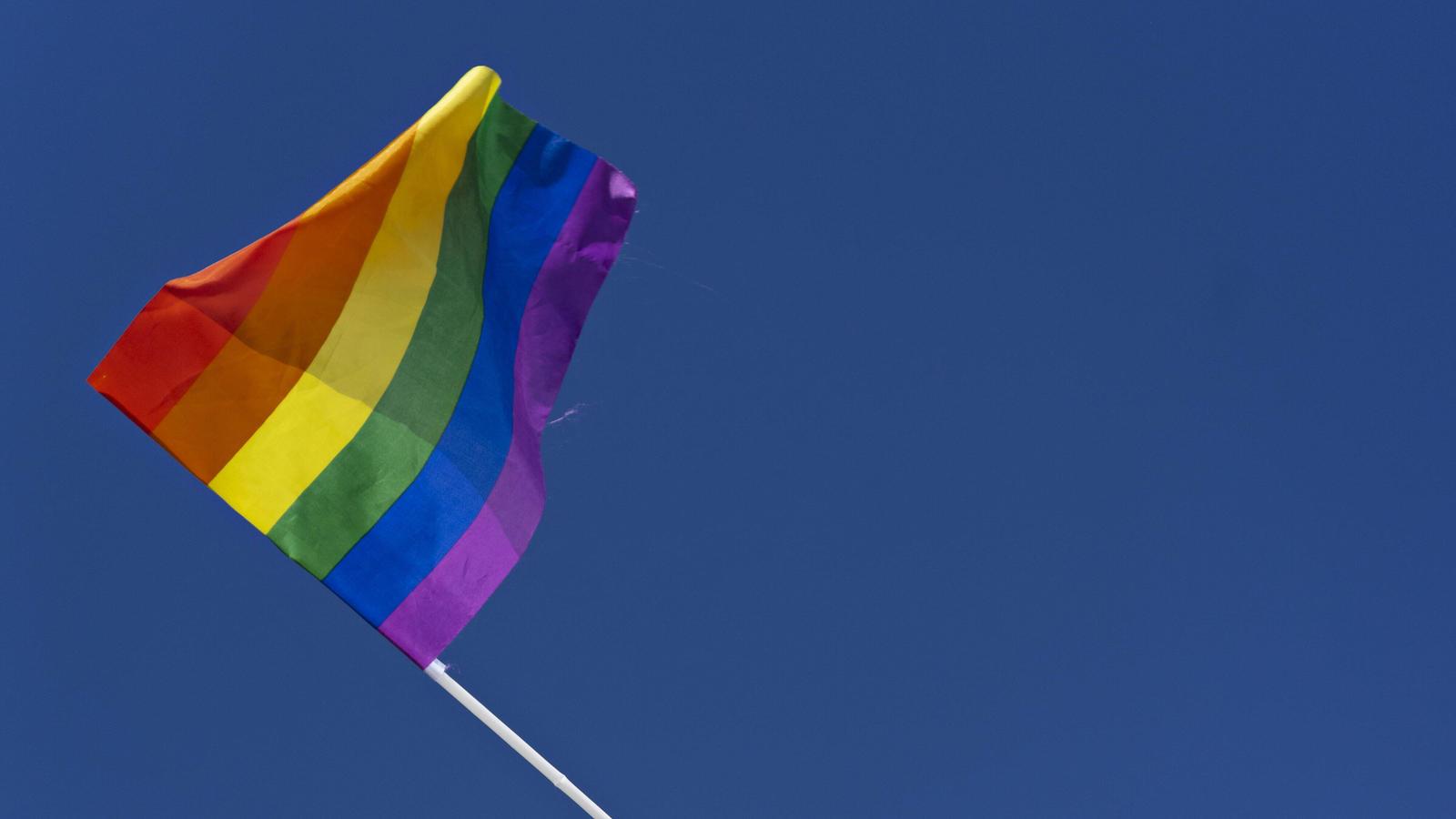 Kennen Sie die Bedeutung der Regebogenfahne? Sie gilt als Zeichen für Toleranz, Akzeptanz und Vielfalt. Dabei hat jede Farbe eine bestimmte Bedeutung: Pink steht für Sexualität, Rot für das Leben, Orange für Heilung, Gelb für die Sonne, Grün für die Natur, Türkis für die Kunst, Blau für Harmonie und Lila für Spiritualität.