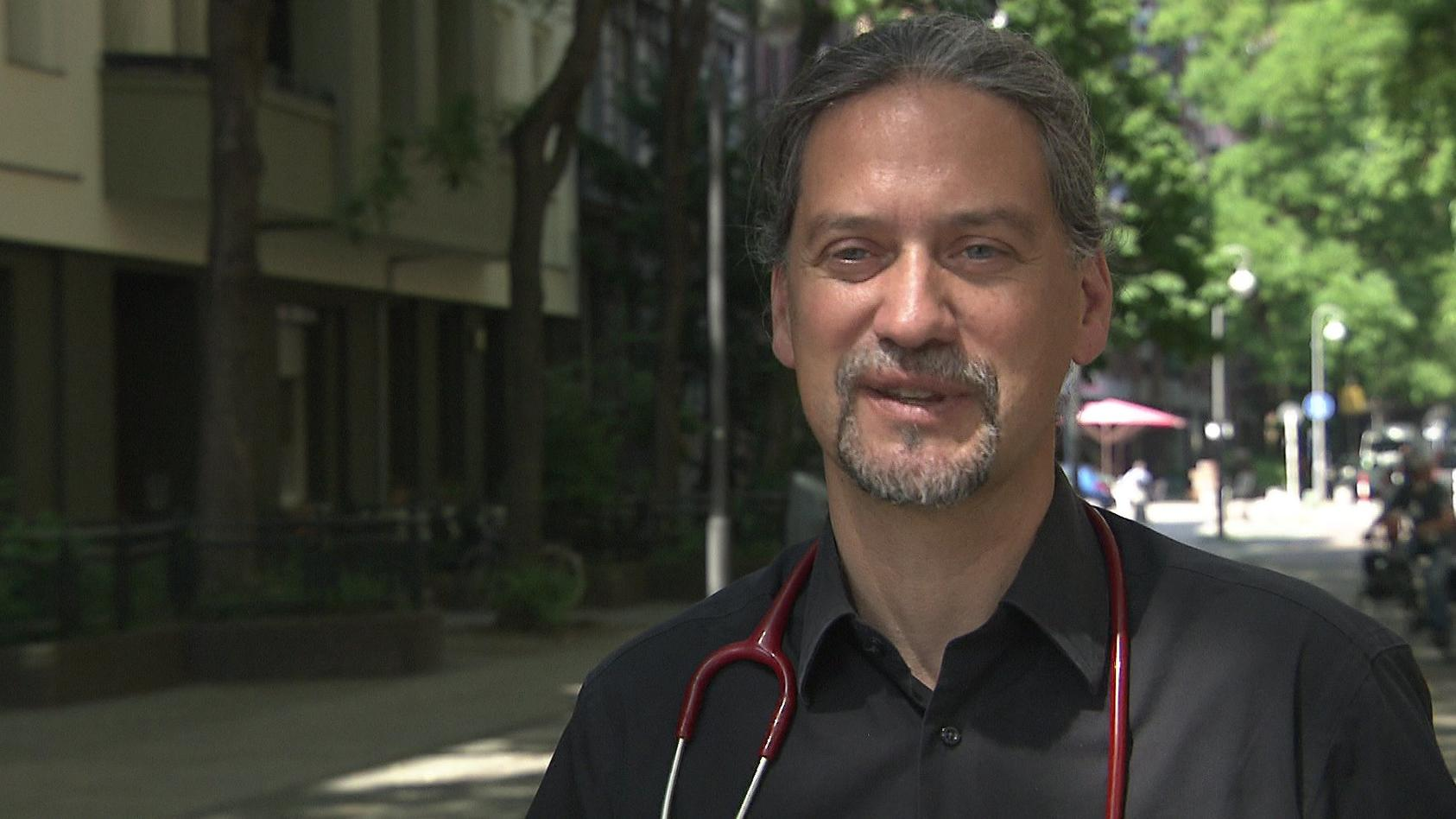 Dr. Jakob Maske glaubt nicht, dass die Corona-Impfung gesundheitliche Folgen für Emma (9) hat.