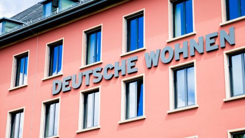 Das Logo der Wohnungsgesellschaft Deutsche Wohnen SE ist zu sehen. Foto: Christoph Soeder/dpa/Archivbild
