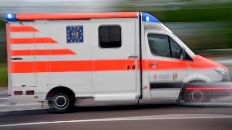 Ein Krankenwagen fährt mit Blaulicht auf einer Straße. (Symbolbild)