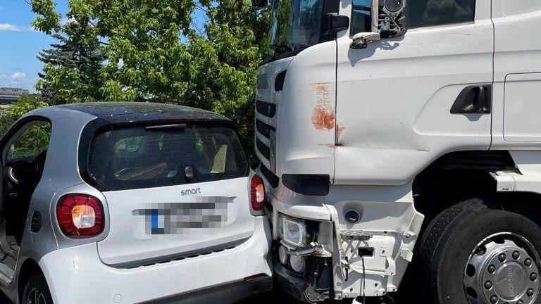 Der Fahrer eines Kleinwagens versuchte, den Lkw einzukeilen.