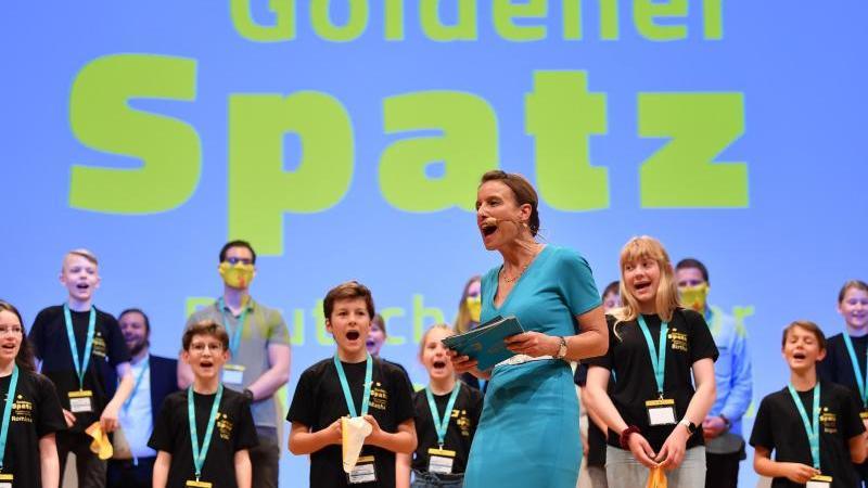 Nicola Jones, Festivalleiterin (M), bei Eröffnungsveranstaltung. Foto: Martin Schutt/dpa-Zentralbild/dpa