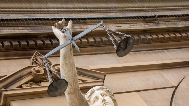 Vor einem Landgericht hält eine Statue der Justitia eine Waagschale. Foto: Stefan Puchner/dpa/Symbolbild