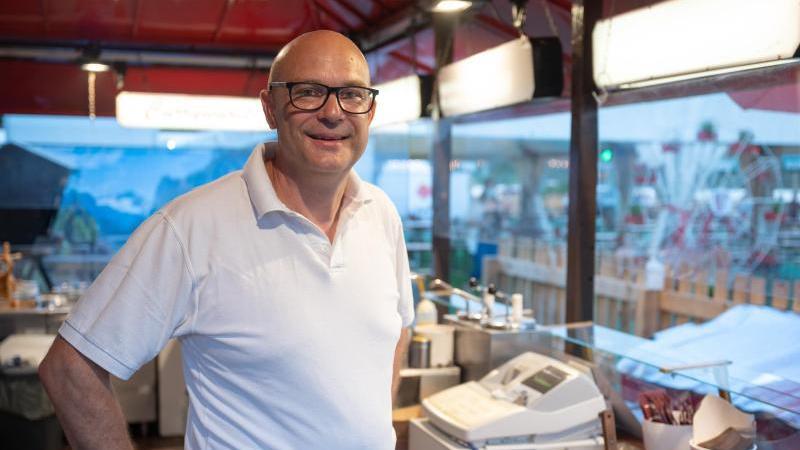 Georg Spreuer, Vorsitzender des Schaustellerverbandes Rheinhessen, steht in seinem Betrieb. Foto: Sebastian Gollnow/dpa/Archivbild