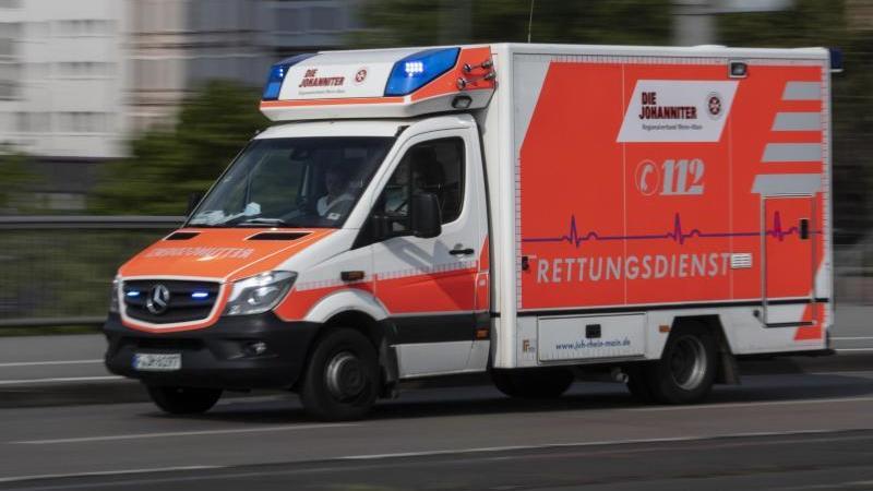 Mit eingeschaltetem Blaulicht ist einRettungwagen imEinsatz. Foto: Boris Roessler/dpa/Archivbild