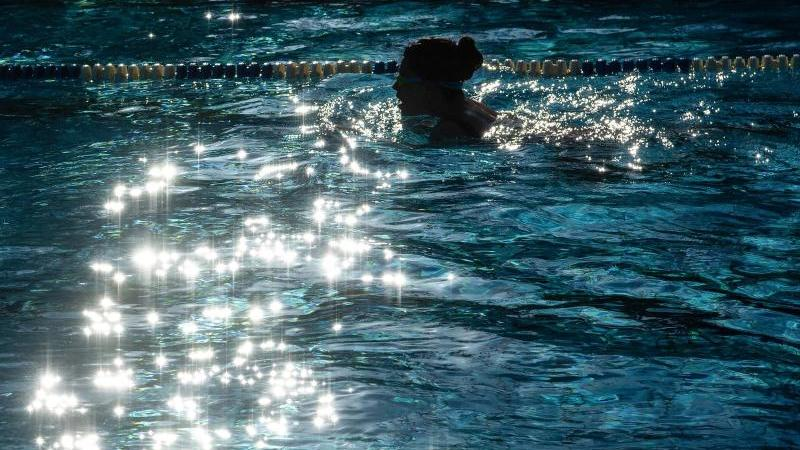 Schwimmer ziehen imFreibad ihre Bahnen. Foto: Paul Zinken/dpa-Zentralbild/dpa/Archivbild