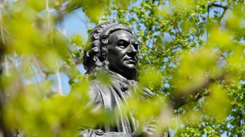 Eine Bach-Statue. Foto: Sebastian Willnow/dpa-Zentralbild/dpa/Archivbild