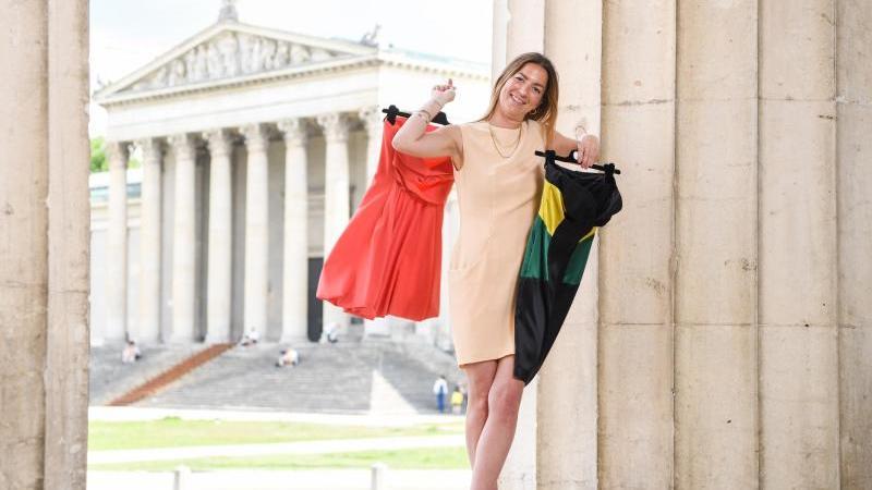 Die Münchner Modedesignerin Sabine Feuerer trägt und hält Mode ihrer eigenen Kollektion. Foto: Tobias Hase/dpa/Archivbild