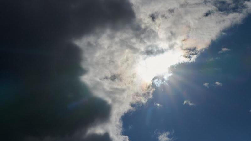Regenwolken schieben sich vor die Sonne. Foto: Annette Riedl/dpa/Archivbild