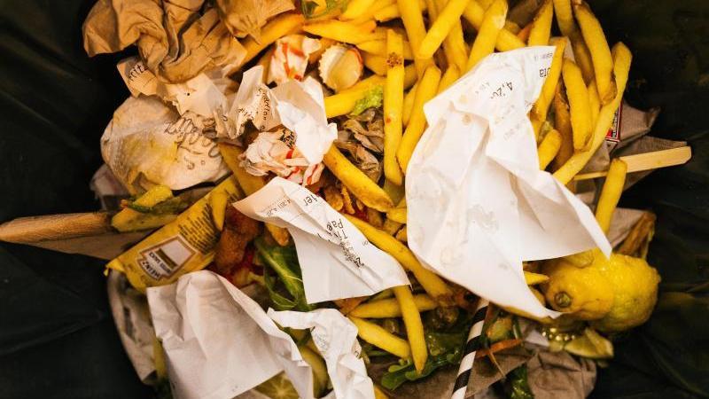 Lebensmittelreste liegen in der Mülltonne eines Restaurants. Foto: Philipp von Ditfurth/dpa/Archivbild