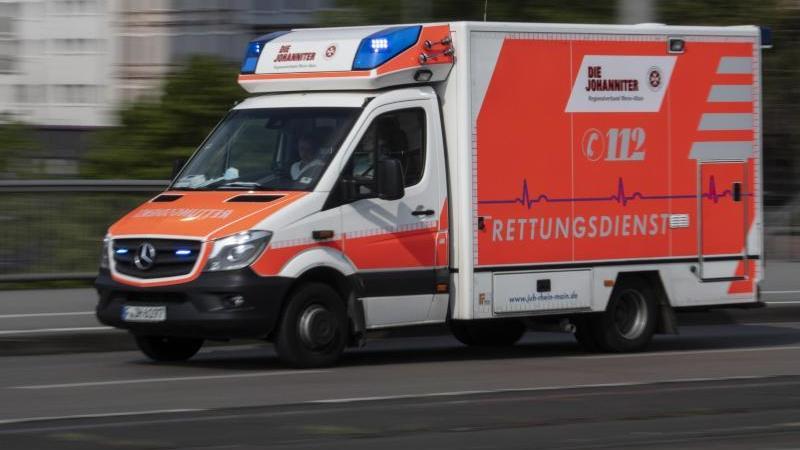 Mit eingeschaltetem Blaulicht ist ein Rettungswagen imEinsatz. Foto: Boris Roessler/dpa/Archivbild
