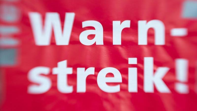 """""""Warnstreik!"""" steht auf einem Schild. Foto: Friso Gentsch/dpa/Symbolbild"""