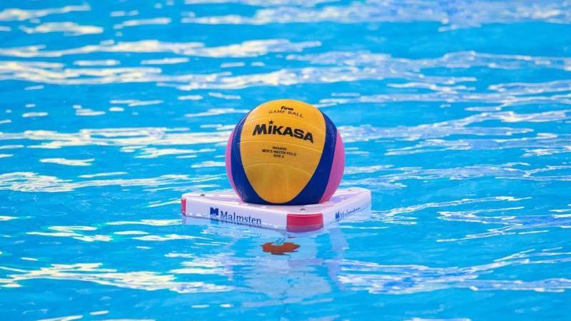 Der Ball liegt vor Beginn des Spiels im Wasser. Foto: Bernd Thissen/dpa/Archivbild