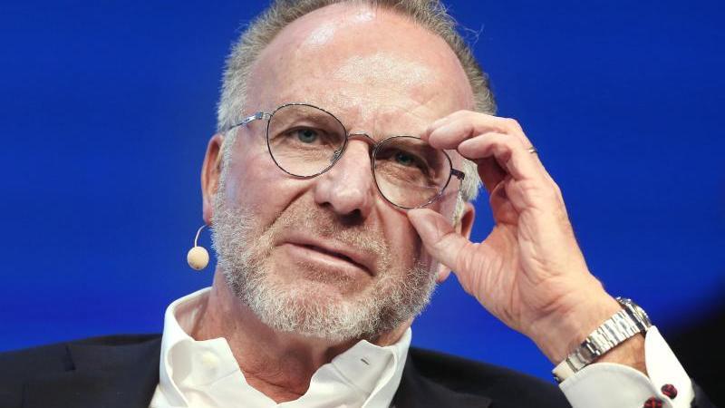 Karl-Heinz Rummenigge spricht. Foto: Roland Weihrauch/dpa/Archivbild