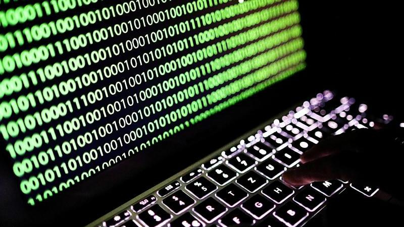 Auf dem Bildschirm eines Laptops ist der Binärcode zu sehen. Foto: Oliver Berg/dpa/Illustration