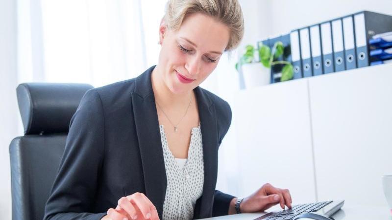 Kampagnen planen und mit Nutzerinnen und Nutzern im Austausch bleiben: Social-Media-Managerinnen sind gefragte Fachkräfte in Unternehmen. Foto: Christin Klose/dpa-tmn