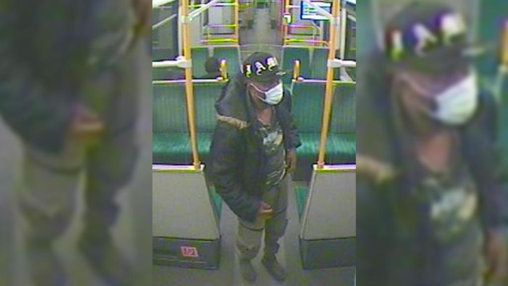 Der Tatverdächtige war in Straßen- und S-Bahnen im Rhein-Sieg-Kreis unterwegs. Mit Bildern aus Überwachungskameras sucht die Polizei nach dem Mann.