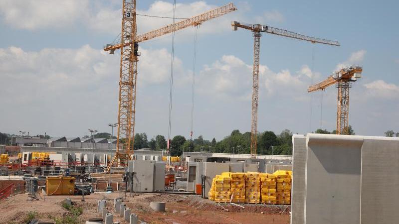 Baukräne stehen auf der Baustelle der neuen JVA in Zwickau. Foto: Bodo Schackow/dpa-Zentralbild/dpa