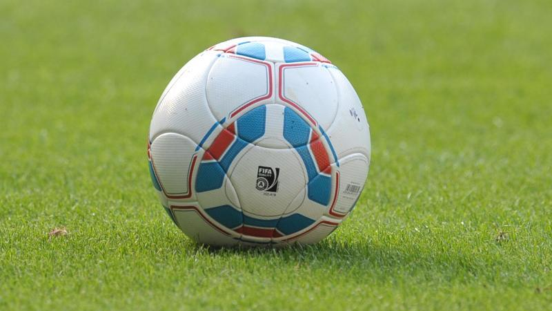 EinFußball liegt auf dem Spielfeld. Foto: picture alliance/dpa/Symbolbild