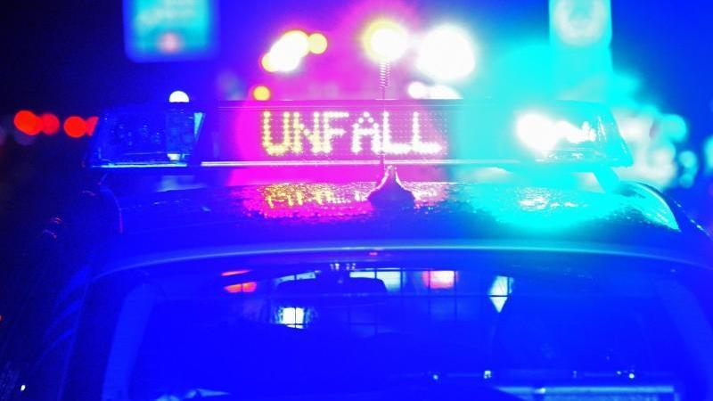 """Der Schriftzug """"Unfall"""" leuchtet auf einem Streifenwagen. Foto: Stefan Puchner/dpa/Symbolbild"""