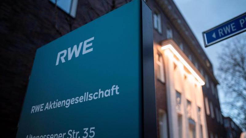 Das Logo des Energie-Konzerns RWE. Foto: Fabian Strauch/dpa/Archivbild