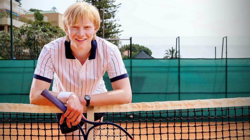 Kaum zu glauben, aber hier handelt es sich nicht um Tennis-Legende Boris Becker, sondern Schauspieler Bruno Alexander.