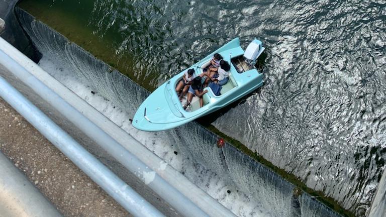 Ein Boot mit vier Insassen hängt am Longhorn-Damm über dem Abgrund.