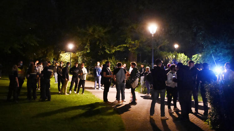 Corona-Liveticker  - Köln: Polizei löst 1000-Mann-Party auf